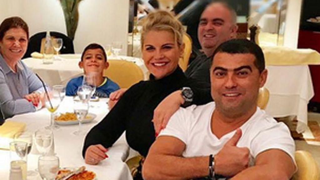¡La foto familia feliz! Georgina, Dolores y Katia Aveiro, Cristiano, Ronaldo Jr... Todos unidos de cena en Madrid