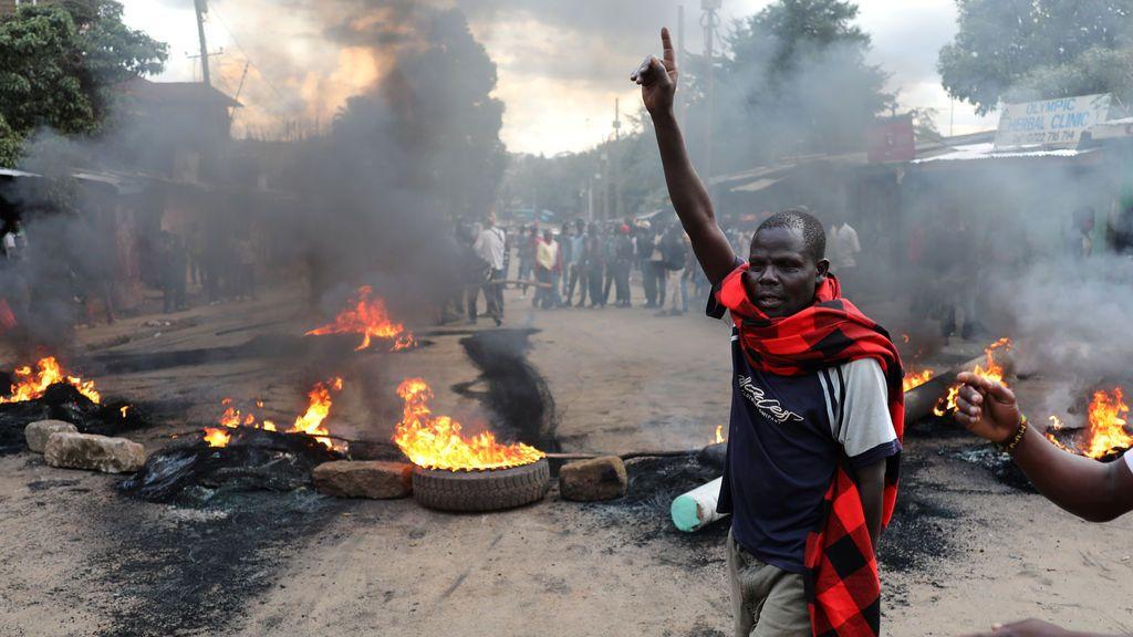 Un seguidor de la oposición hace gestos delante de una barricada en llamas en Kenia