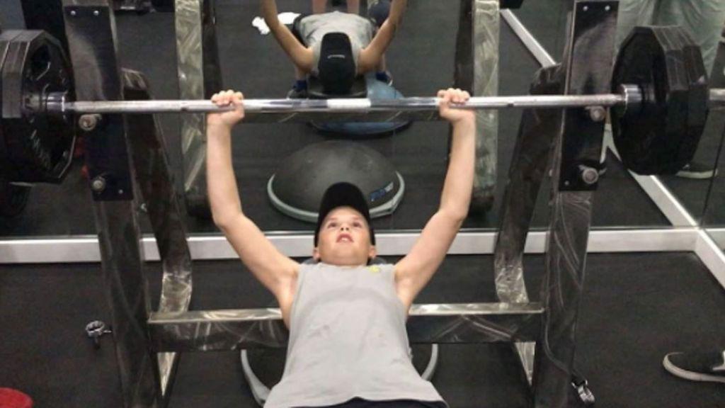 Cruz Beckham, de 12 años, revoluciona las redes al hacerse el 'fuertecito' levantando kilos de más