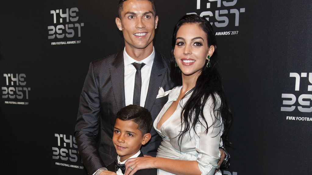 La cara de Georgina cuando una mujer se acerca a Cristiano Ronaldo para pedirle una foto