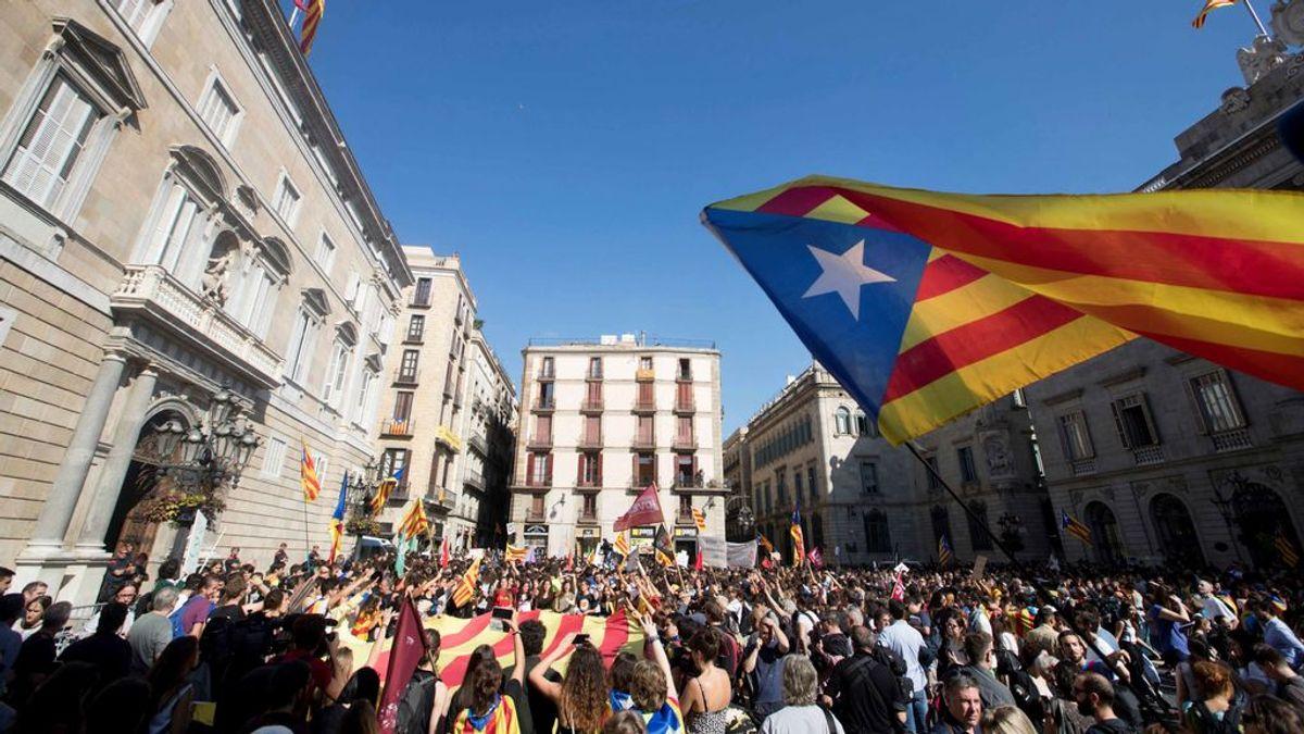 Gritos de 'Independència' en plaza Sant Jaume tras la declaración institucional de Puigdemont