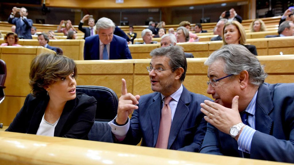 Los ministros acompañan a Santamaría en su intervención en el Senado para defender el artículo 155