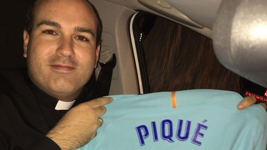 El sacerdote del Murcia animó a Piqué ante los pitos y... el defensa le regaló su camiseta