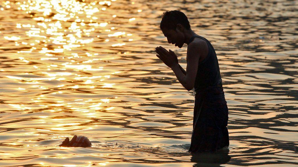 Un devoto hindú adora al dios del Sol en las aguas de un lago durante el festival religioso hindú de Chhath Puja en Chandigarh, India, el 27 de octubre de 2017.