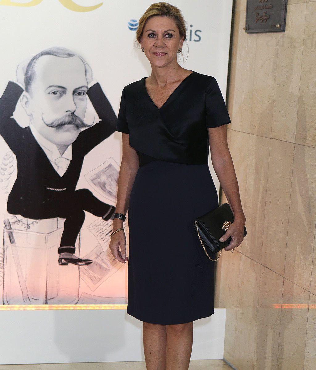 Letizia preside es solitario y en  burdeos para los premios Mariano de Cavia, Luca de Tena y Mingote