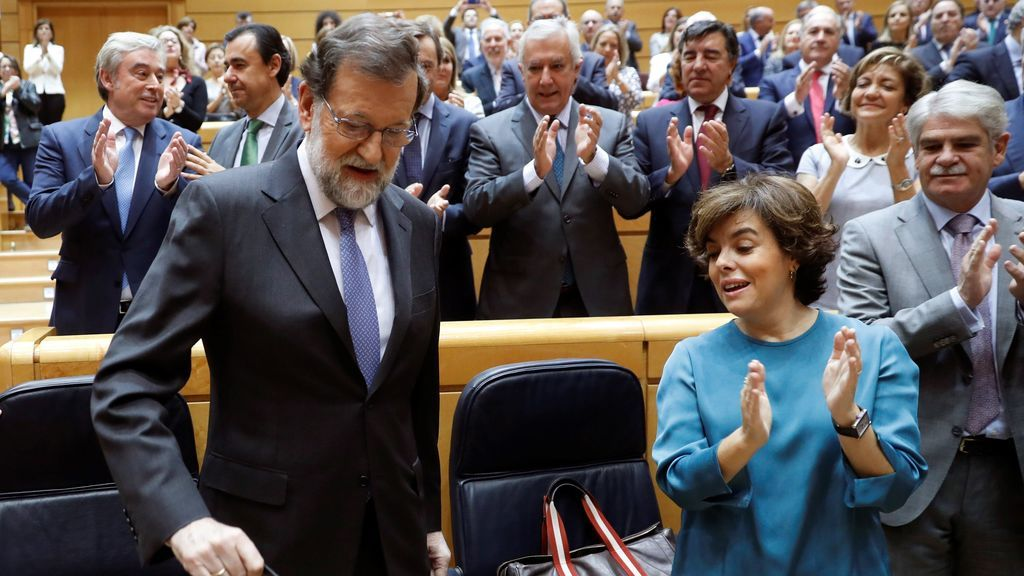 Rajoy, recibido entre aplausos a su llegada al Senado