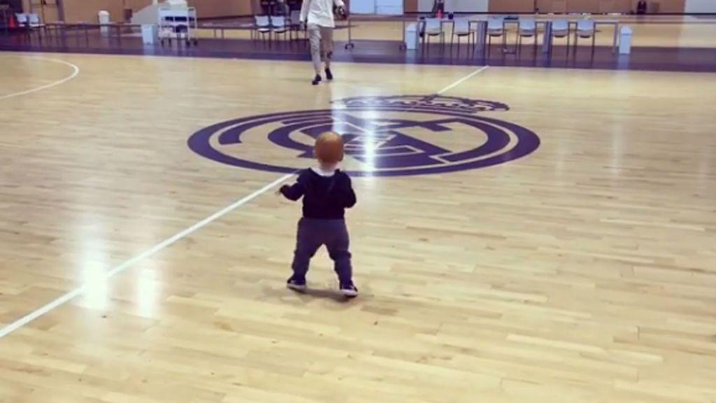 El hijo de Rudy Fernández da sus primeros pasos sobre una pista de baloncesto