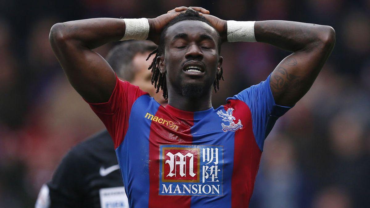 ¡El peor momento de un futbolista! Regala la camiseta a la grada y esta se la devuelve