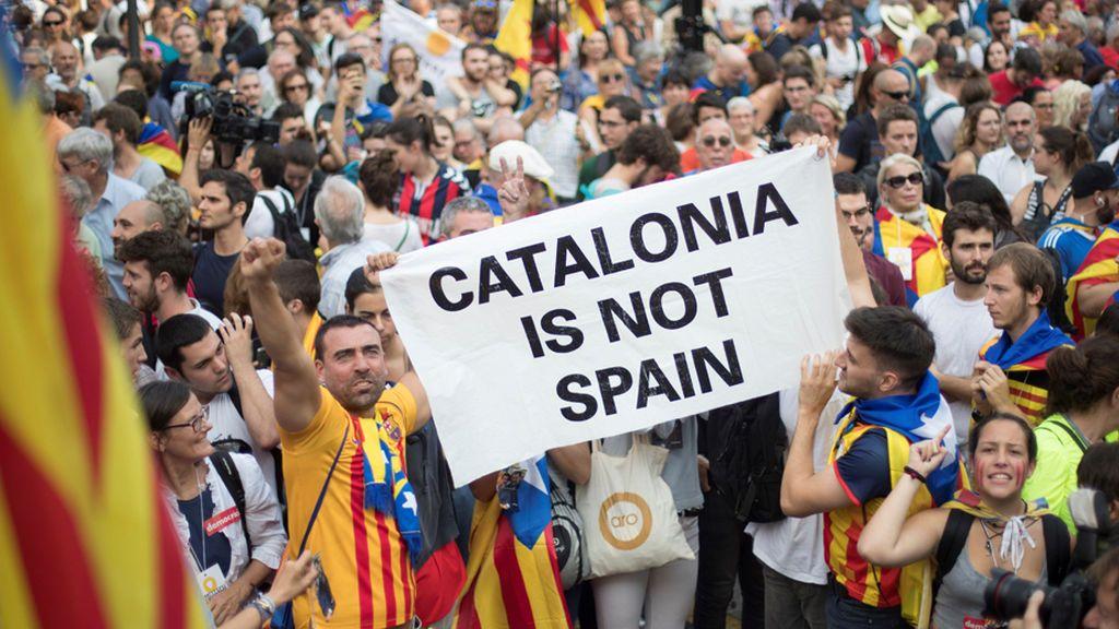 Los independentistas celebran en la calle la ruptura con España y la República catalana