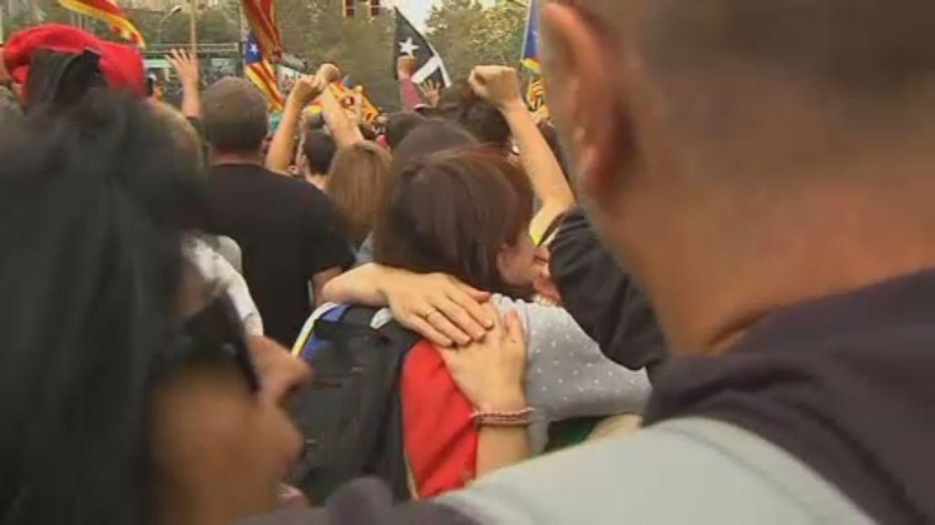 Euforia en las calles tras la declaración de independencia catalana