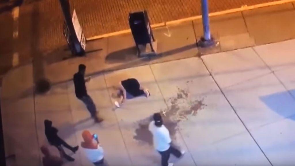 Inconsciente tras ser salvajemente golpeada, mientras los testigos graban, se hacen selfis y hasta le roban