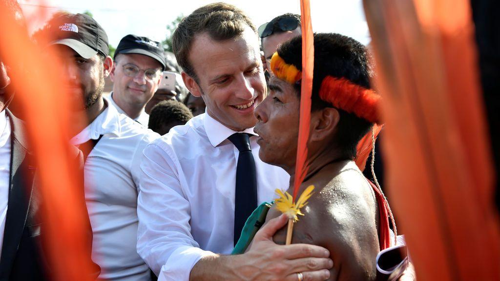 El presidente de Francia, Emmanuel Macron, saluda a los lugareños durante una visita a Maripasoula, parte de su viaje a la Guayana Francesa, el 26 de octubre de 2017