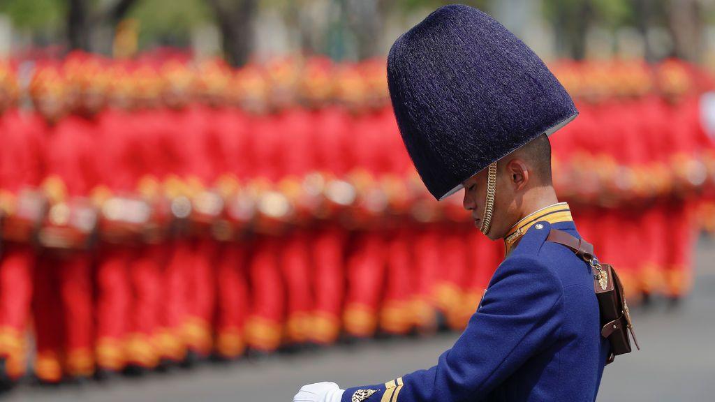 Un guardia real se inclina durante una procesión para trasladar las reliquias reales y las cenizas del difunto rey de Tailandia Bhumibol Adulyadej desde el crematorio al Gran Palacio en Bangkok, Tailandia