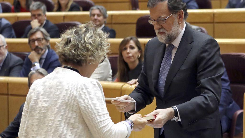 """Rajoy responde con una Constitución al grito de """"visca la República catalana"""" de ERC en el Senado"""