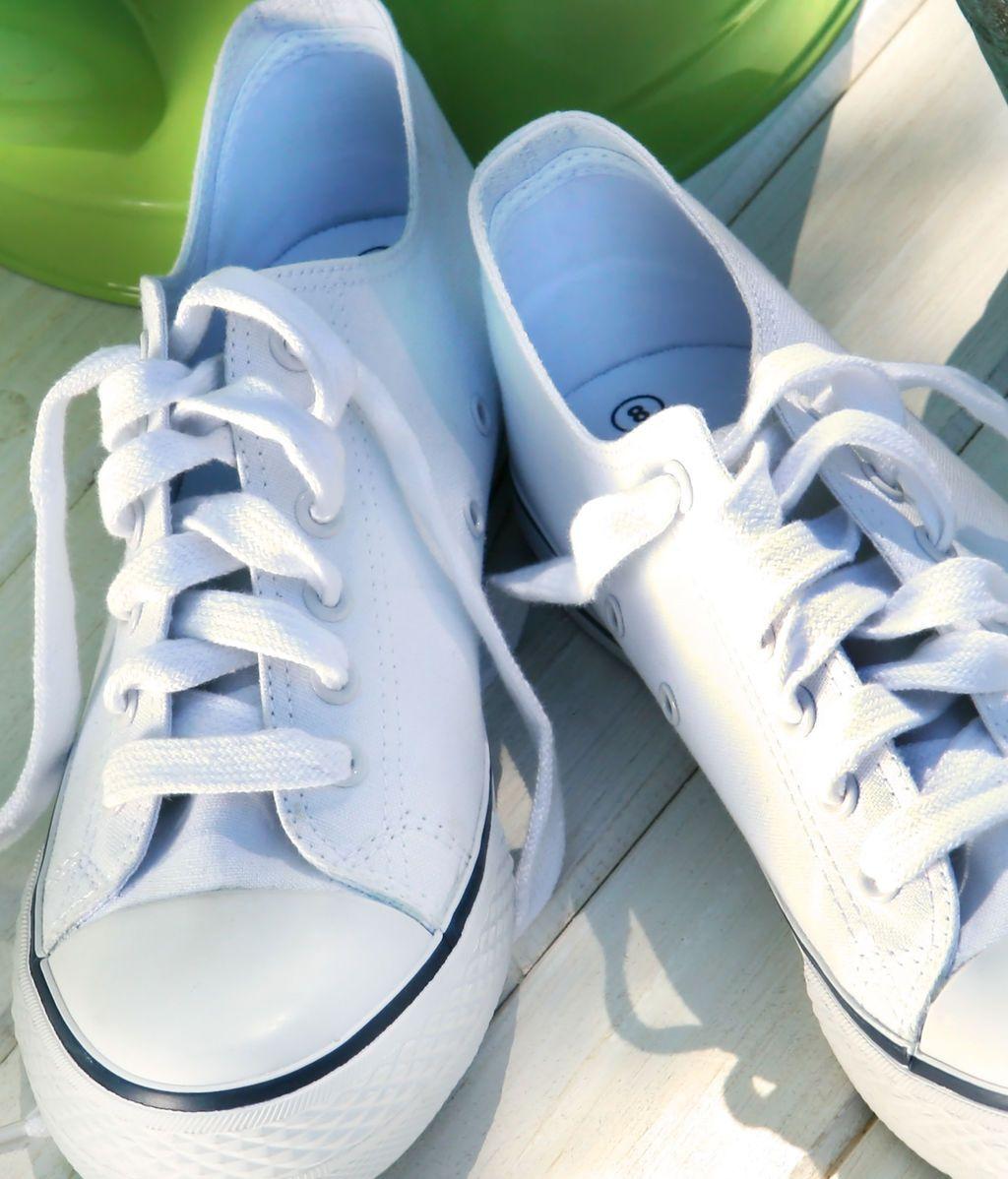 Este truco casero va a devolver el color blanco a tus zapatillas