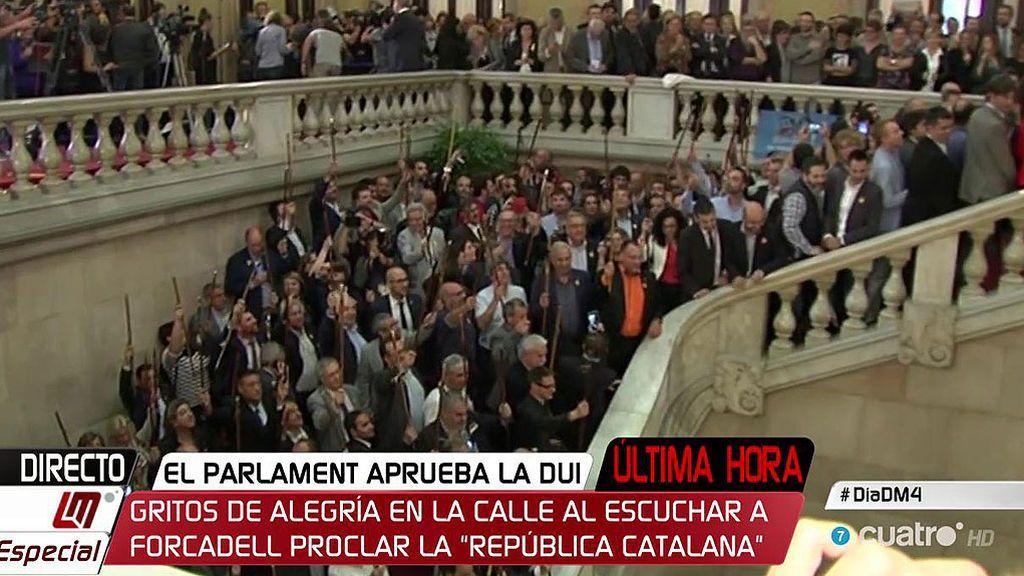 Alcaldes independentistas celebran en la escalinata del Parlament la aprobación de la DUI