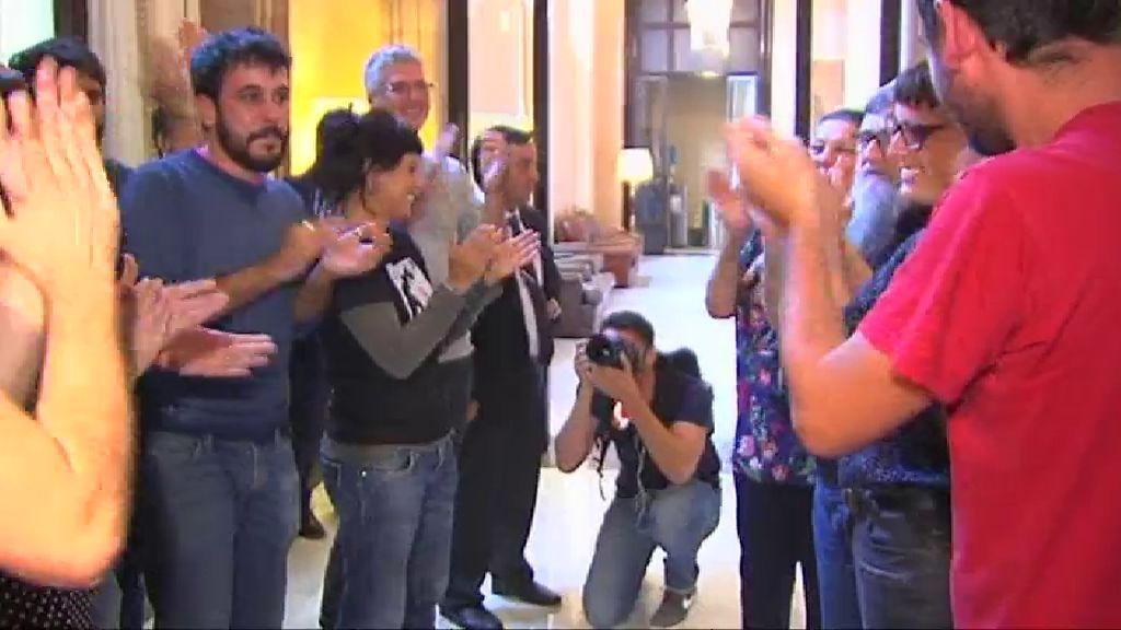 La CUP celebra la independencia de Cataluña en los pasillos del Parlament