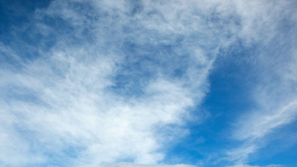 Cielos poco nubosos con algunas lluvias este domingo