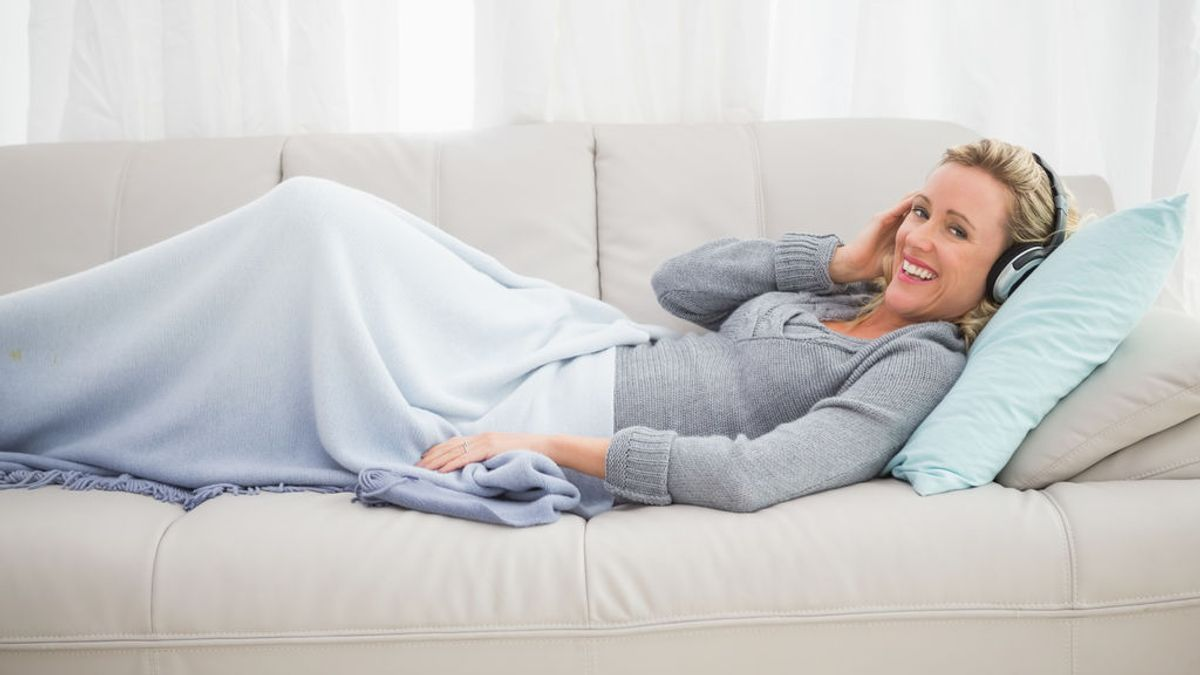 Mujer en un sofá