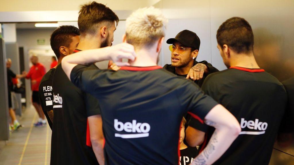 Neymar sorprende a sus excompañeros al 'volver' al Barcelona