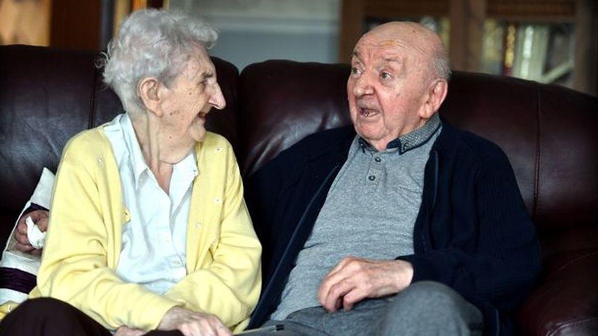 Una madre se mudó a una residencia para cuidar a su hijo de 80 años