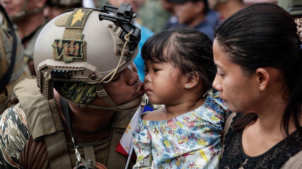 Las tropas del gobierno de Filipinas regresan del combate contra los grupos militantes del Estado Islámico