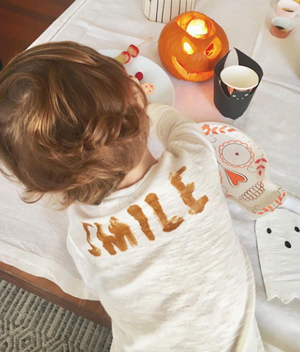 Lucas Casillas, entre calabazas y dibujos, opta por comer los aperitivos de la fiesta fardando de 'Smile'