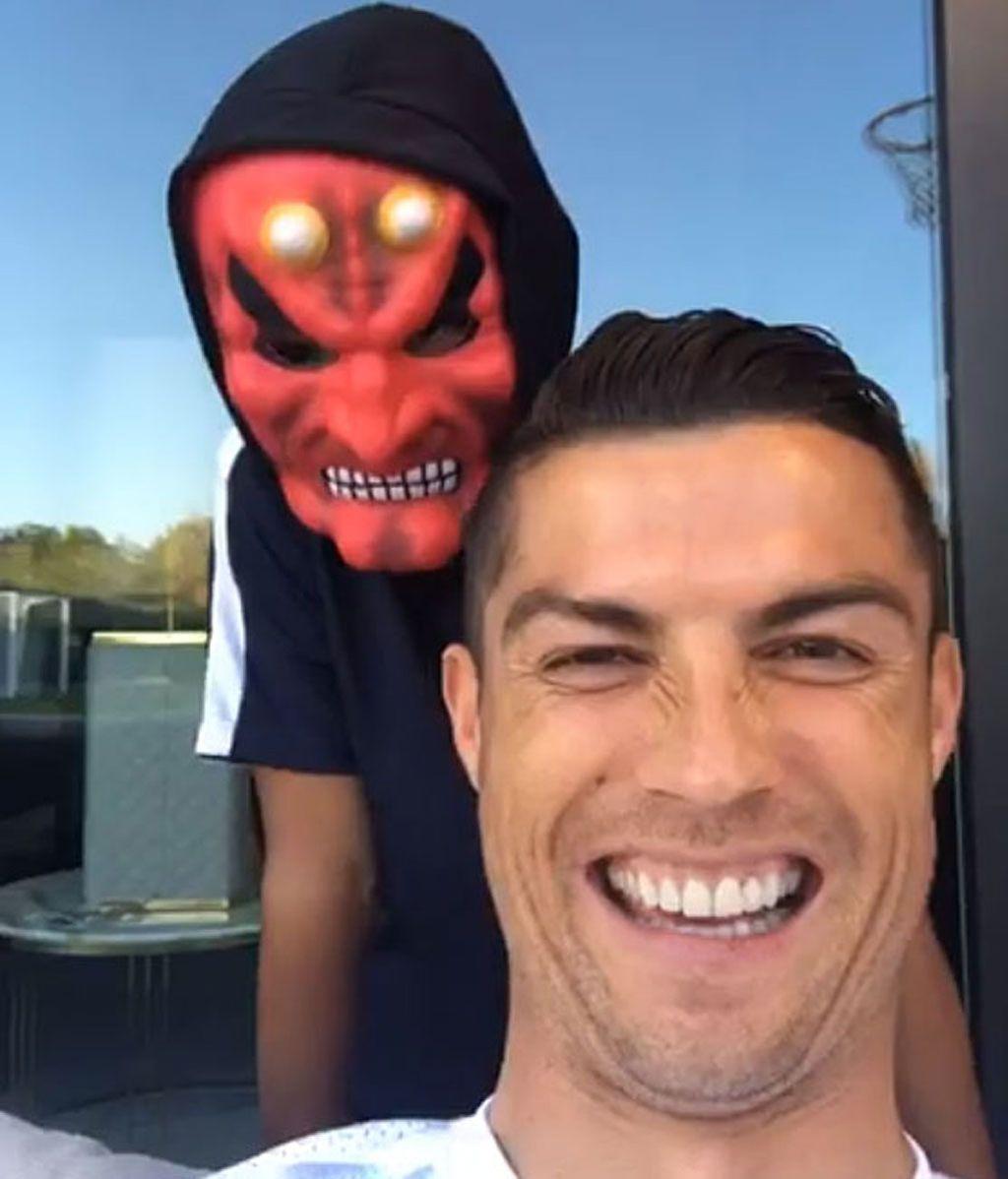 Cristiano Ronaldo Jr, careta de demonio para 'aterrar' y hacer reír a papá