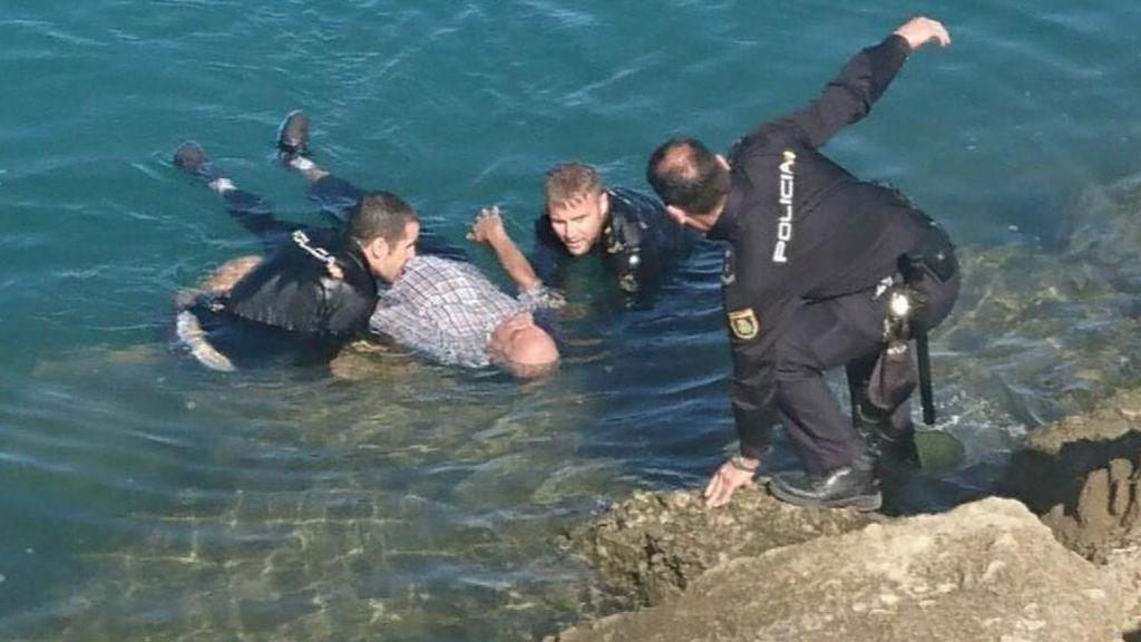 Un hombre de 84 años sobrevive dos horas flotando tras caer al mar