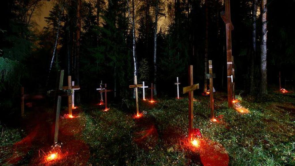Cruces y velas en la 'Noche de los poetas ejecutados'