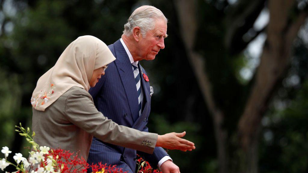 El Príncipe Carlos de Gran Bretaña y el Presidente de Singapur Halimah Yacob asisten a una ceremonia de bienvenida en el Istana en Singapur