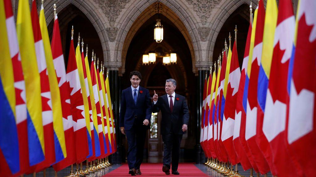 El Primer Ministro de Canadá Justin Trudeau (L) y el Presidente de Colombia Juan Manuel Santos caminan en el Salón de Honor en Parliament Hill en Ottawa, Ontario, Canadá