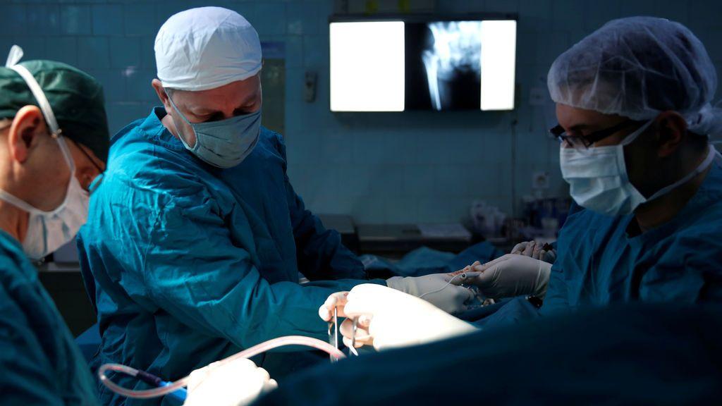 Cirujanos extraen 600 clavos metálicos del estómago de un hombre con ayuda de un imán