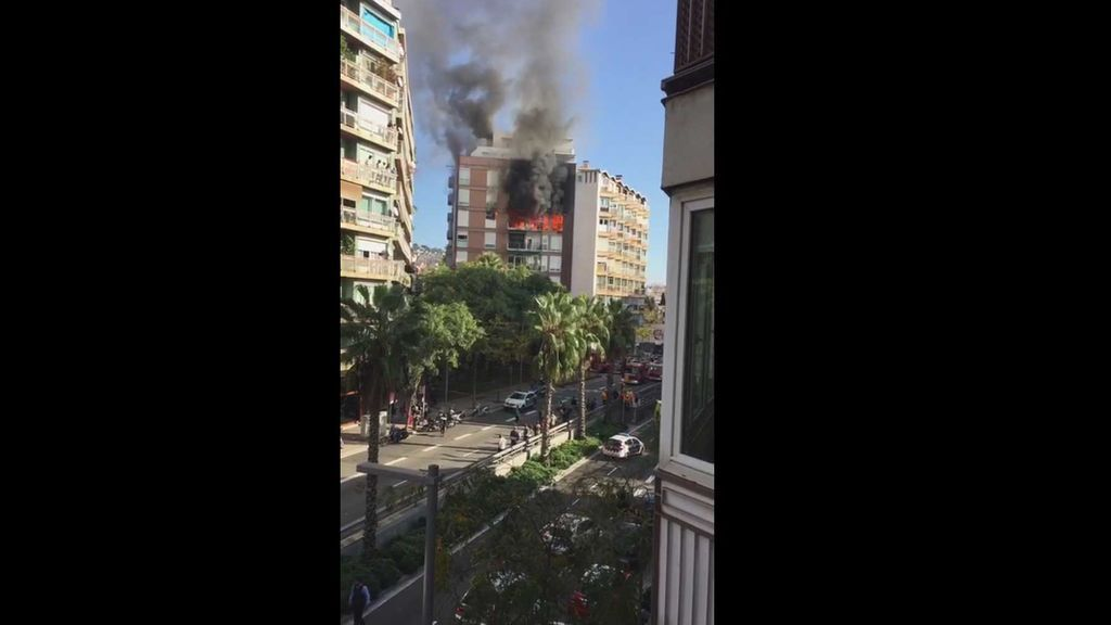 Un herido grave en un incendio en un bloque de viviendas en Barcelona