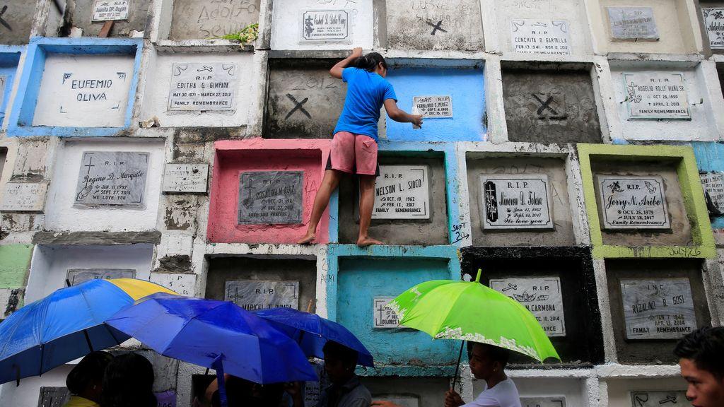 El día de todos los santos en un cementerio de Manila, Filipinas