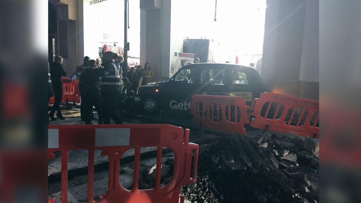 Un taxi atropella a varias personas en Londres