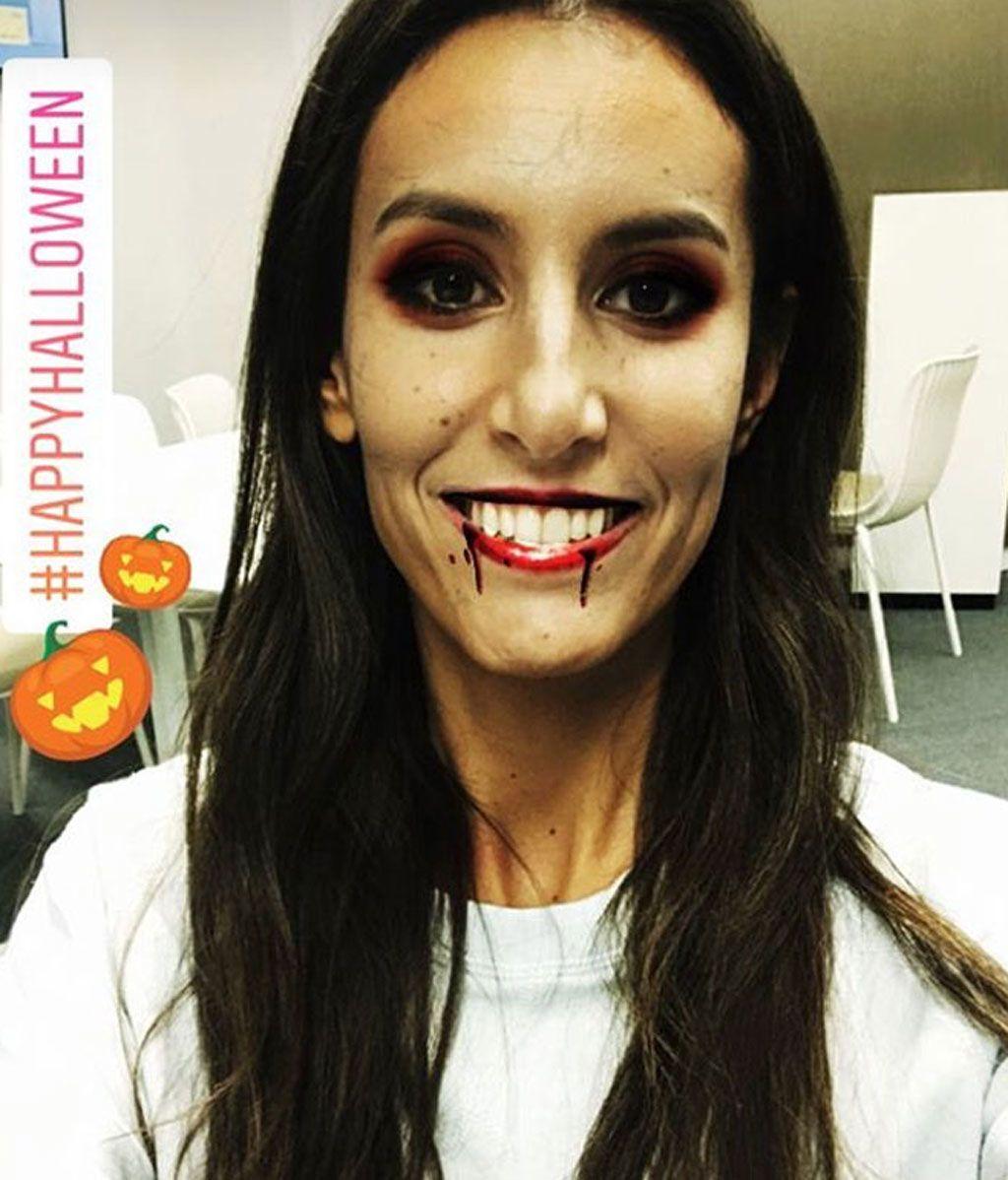 Ana Boyer, sin disfraz pero maquillada para la ocasión, fue de vampiresa