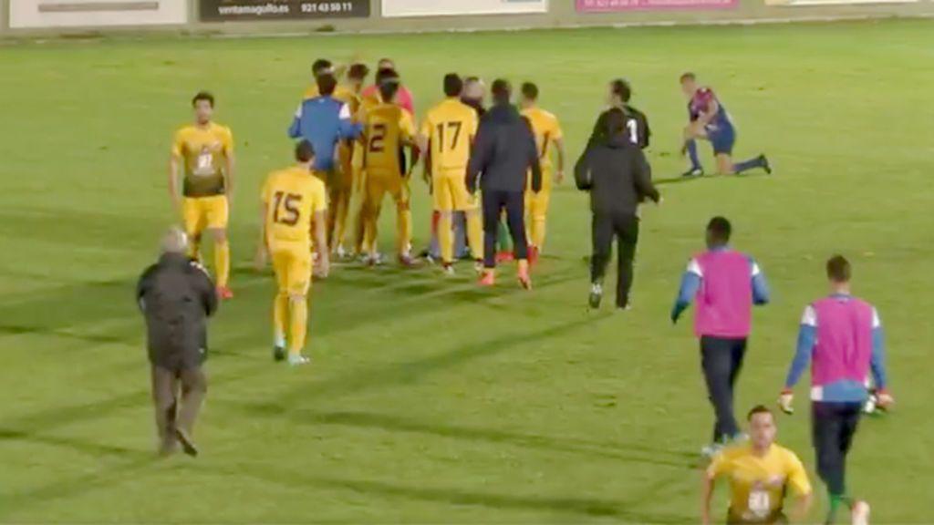 ¡Impensable! El árbitro la lía en el Gimnástica-Ponferradina pitando el final en un mano a mano