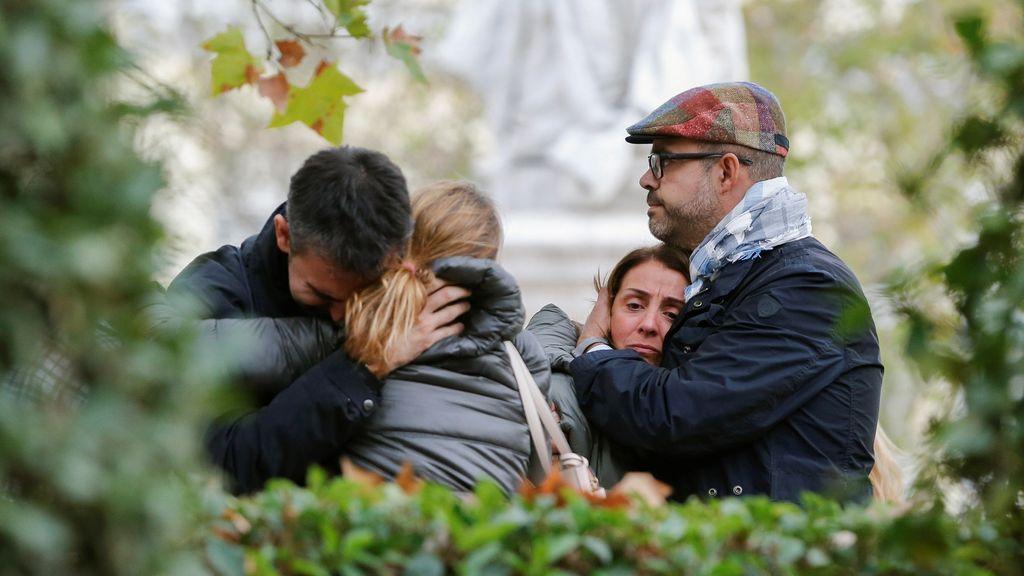 Abrazos y lágrimas entre el grupo de apoyo a los exconsellers en la Audiencia Nacional
