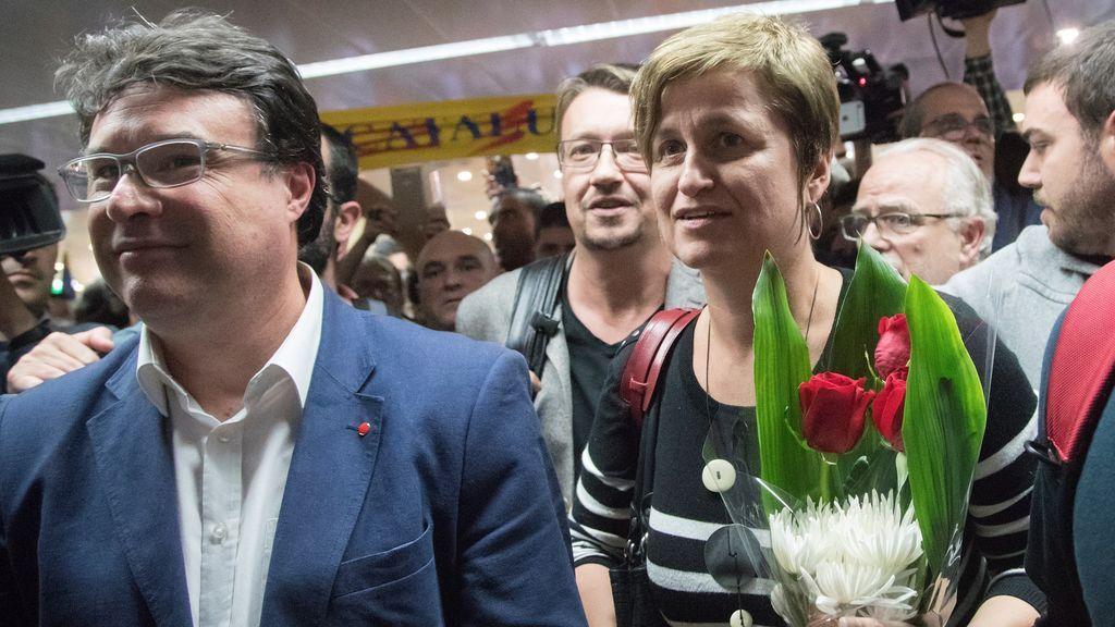 Anna Simó y Nuet, recibidos entre aplausos y gritos de 'libertad, presos políticos' a su llegada a Barcelona