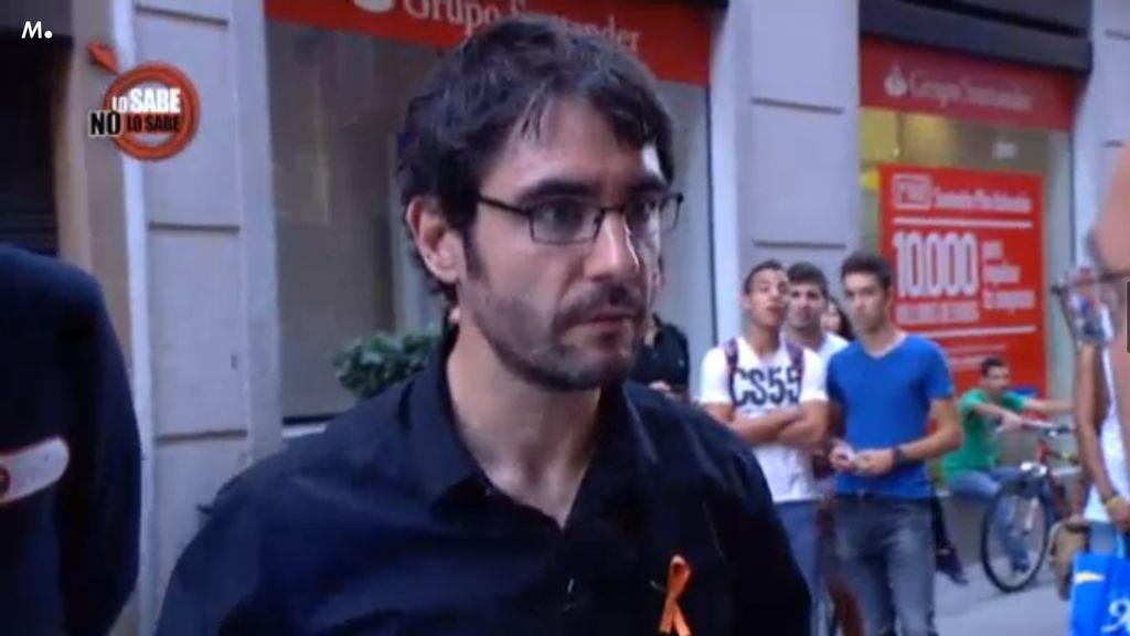Juanra Bonet se cuelga el lazo naranja para apoyar la lucha contra el ictus