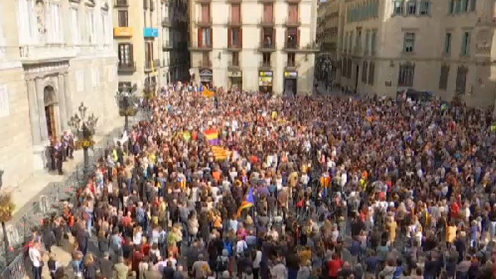 Multitudinaria concentración en la Plaza de Sant Jaume