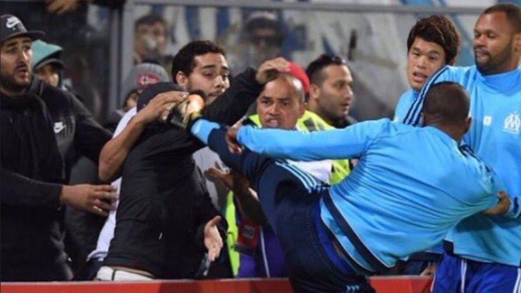 Patrice Evra, expulsado por dar una patada en la cabeza a un ultra de su equipo que le insultaba