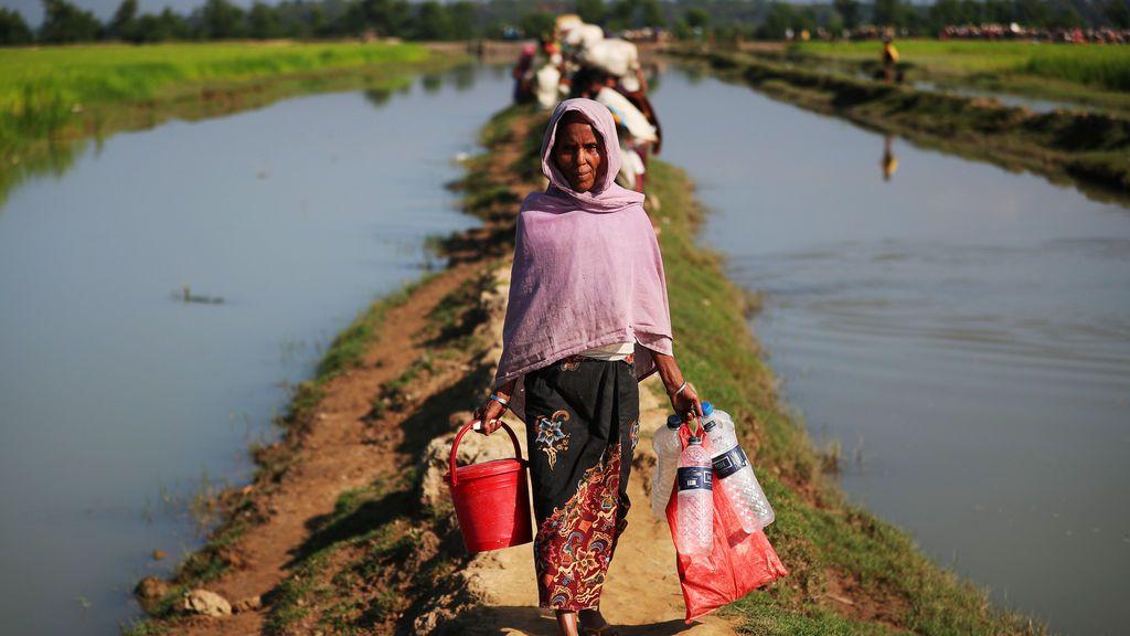 Un refugiado Rohingya se dirige a un campo de refugiados después de cruzar la frontera entre Bangladesh y Myanmar en Palong Khali, cerca de Cox's Bazar, Bangladesh