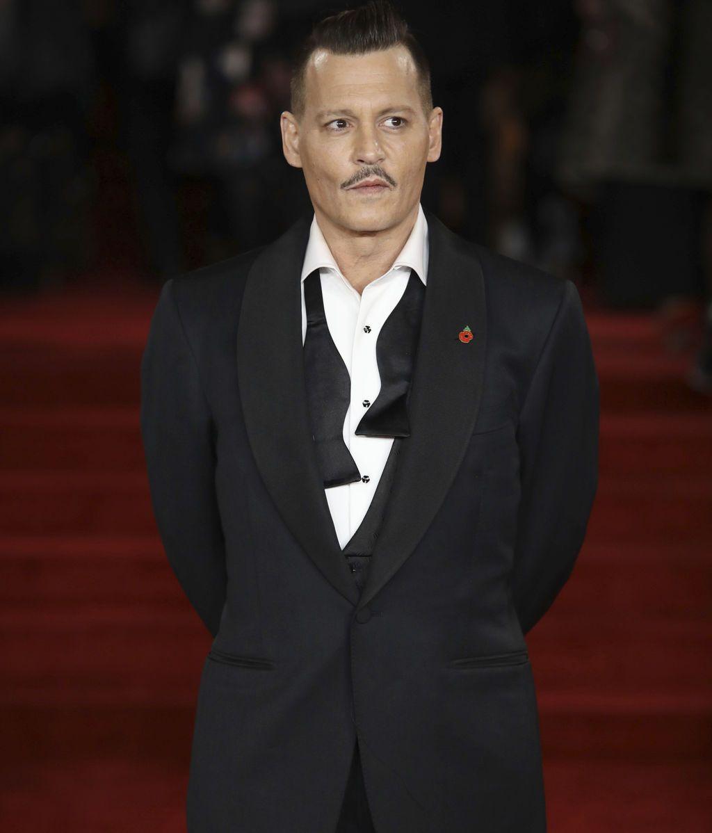 Depp dio un toque especial al tradicional traje en 'black' con una pajarita desabrochada