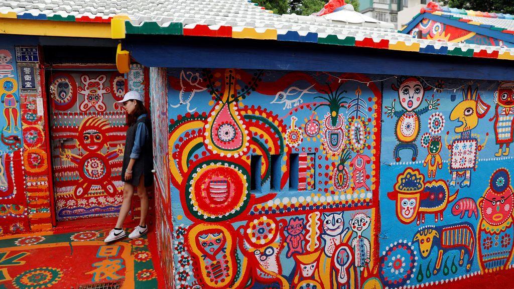 Turista posa en el pueblo arcoiris, en Taichung, Taiwan