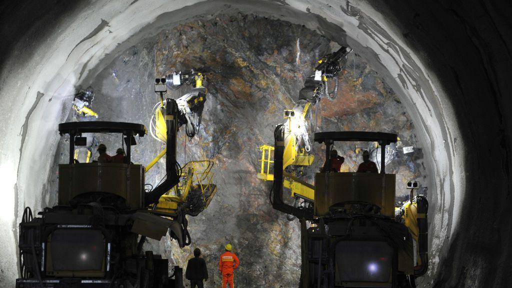 Los trabajadores se ven en un túnel para el ferrocarril de alta velocidad Beijing-Zhangjiakou en construcción en Beijing, China