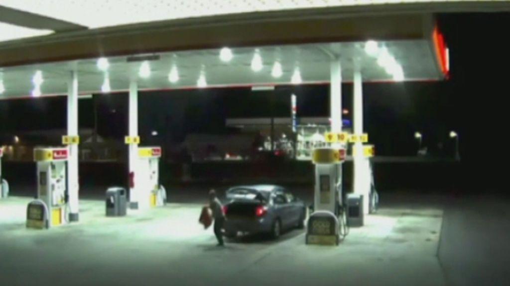 Escapa del maletero de un coche donde el secuestrador la tenía encerrada
