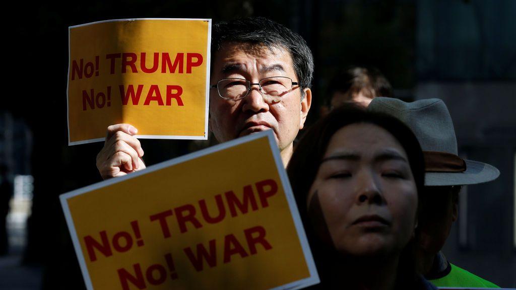 Los manifestantes sostienen pancartas durante una manifestación contra la visita del presidente estadounidense Donald Trump a Japón
