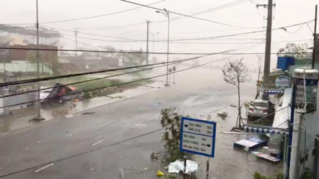 El tifón Damrey deja 19 muertos tras tocar tierra en Vietnam